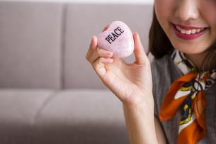 石鹸を持つ女性の写真素材 [FYI04259672]