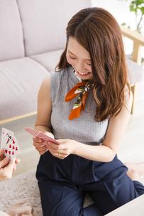 トランプで遊ぶ女性の写真素材 [FYI04259685]