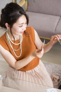 トランプで遊ぶ女性の写真素材 [FYI04259686]