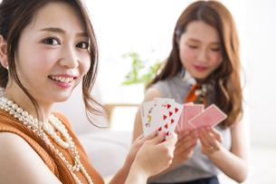 トランプで遊ぶ女性たちの写真素材 [FYI04259687]