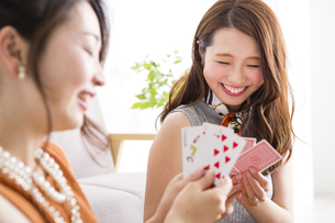 トランプで遊ぶ女性たちの写真素材 [FYI04259688]