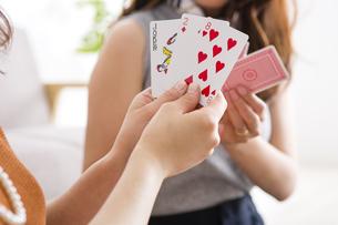 トランプで遊ぶ女性たちの写真素材 [FYI04259689]