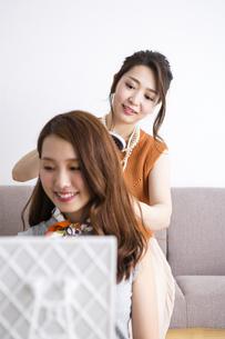 ヘアセットをする女性たちの写真素材 [FYI04259692]