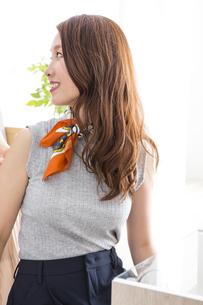 ヘアセットをする女性たちの写真素材 [FYI04259700]