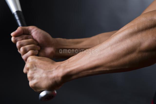 バットを握る男性の写真素材 [FYI04259796]