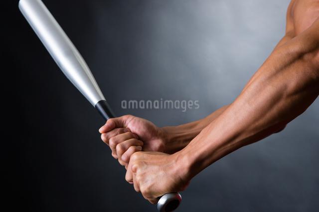 バットを握る男性の写真素材 [FYI04259798]