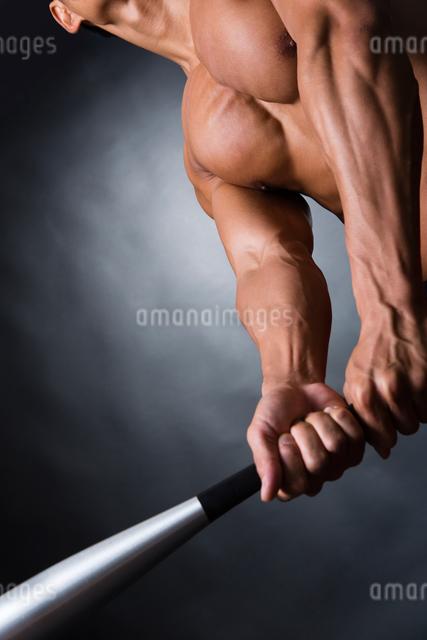バットを握る男性の写真素材 [FYI04259802]