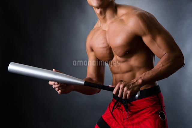 バットを握る男性の写真素材 [FYI04259803]