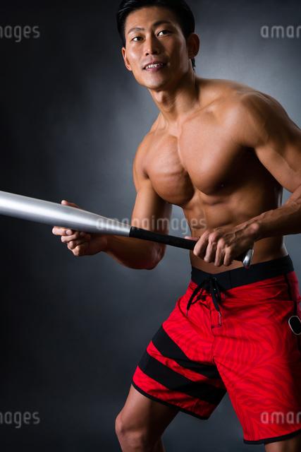 バットを握る男性の写真素材 [FYI04259806]