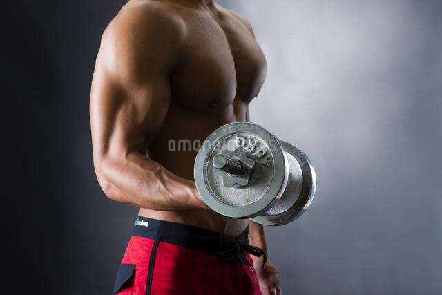 筋トレに励む男性の写真素材 [FYI04259828]