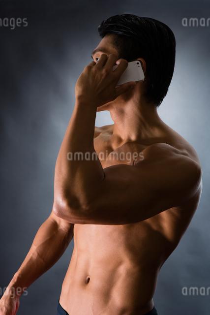 スマートフォンを持つ男性の写真素材 [FYI04259832]