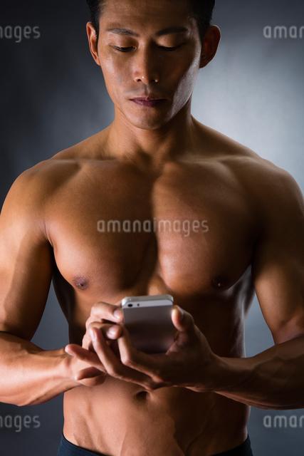 スマートフォンを持つ男性の写真素材 [FYI04259835]