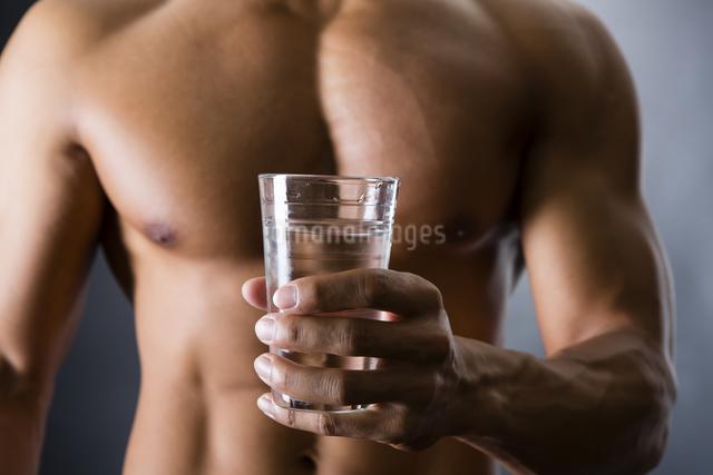 水を飲む男性の写真素材 [FYI04259855]