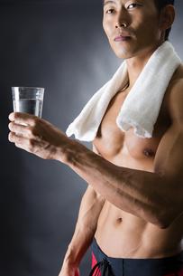 水を飲む男性の写真素材 [FYI04259864]