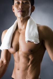 タオルを巻いた男性の写真素材 [FYI04259870]