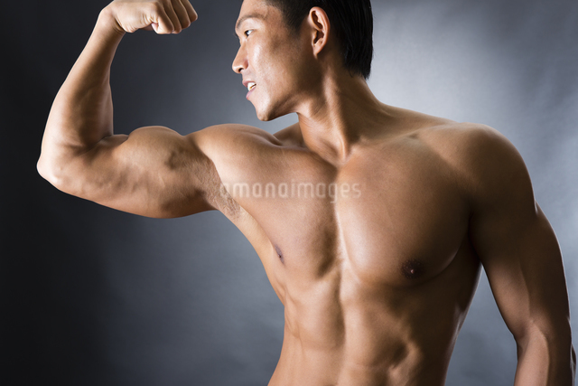 力こぶをつくる男性の写真素材 [FYI04259875]