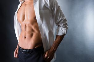 割れた腹筋の男性の写真素材 [FYI04259885]