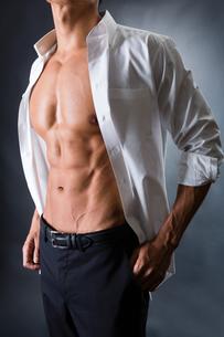 割れた腹筋の男性の写真素材 [FYI04259887]