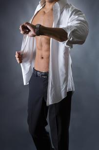 割れた腹筋の男性の写真素材 [FYI04259893]