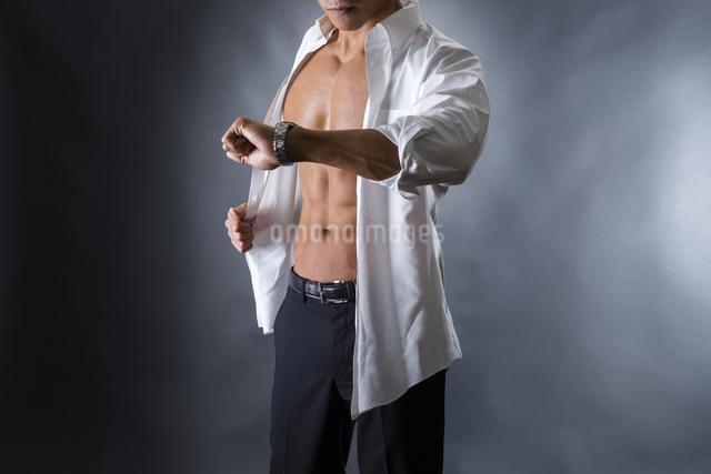 割れた腹筋の男性の写真素材 [FYI04259896]