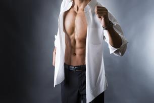割れた腹筋の男性の写真素材 [FYI04259898]