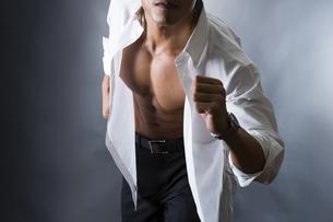 割れた腹筋の男性の写真素材 [FYI04259900]