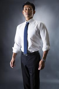 スーツ姿のビジネスマンの写真素材 [FYI04259901]