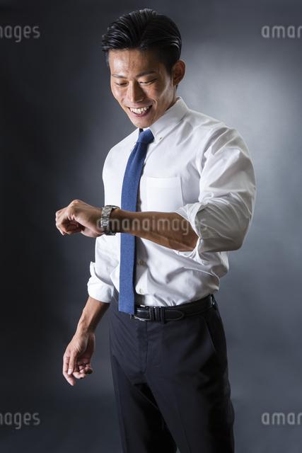 時計を見る男性の写真素材 [FYI04259902]