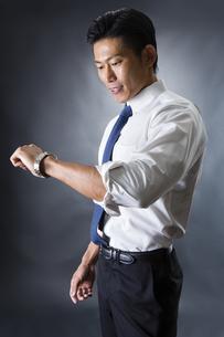 時計を見る男性の写真素材 [FYI04259905]