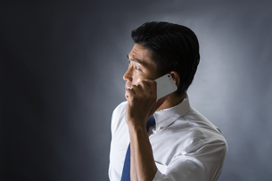 電話をかける男性の写真素材 [FYI04259906]