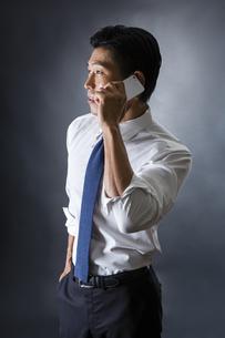 電話をかける男性の写真素材 [FYI04259907]