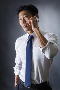 電話をかける男性の写真素材 [FYI04259909]