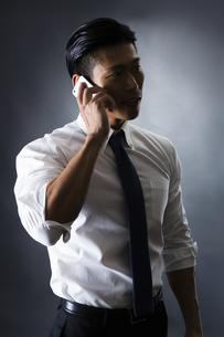 電話をかける男性の写真素材 [FYI04259910]