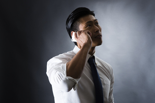 電話をかける男性の写真素材 [FYI04259911]