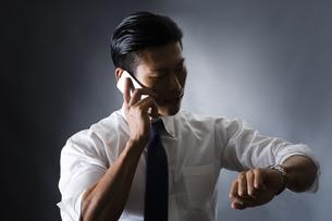 電話をかける男性の写真素材 [FYI04259912]