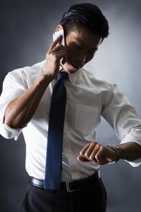 電話をかける男性の写真素材 [FYI04259913]