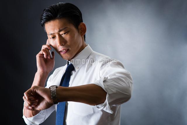 電話をかける男性の写真素材 [FYI04259914]