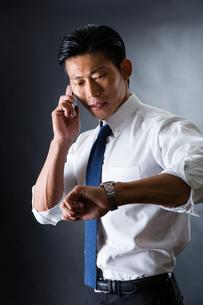 電話をかける男性の写真素材 [FYI04259915]
