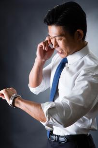 電話をかける男性の写真素材 [FYI04259916]