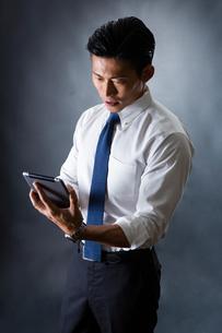 タブレットを使う男性の写真素材 [FYI04259917]