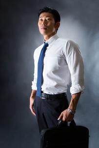 スーツ姿のビジネスマンの写真素材 [FYI04259921]