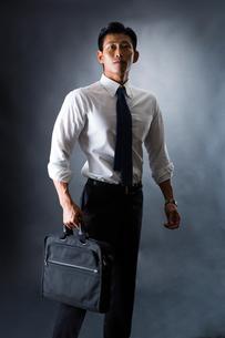 スーツ姿のビジネスマンの写真素材 [FYI04259924]