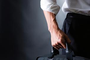 スーツ姿のビジネスマンの写真素材 [FYI04259926]