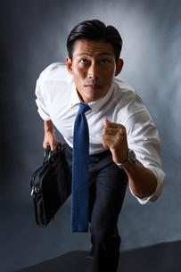 走り出すビジネスマンの写真素材 [FYI04259927]