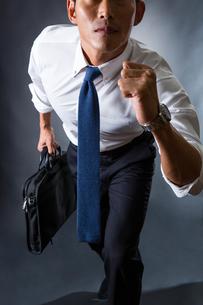 走り出すビジネスマンの写真素材 [FYI04259928]