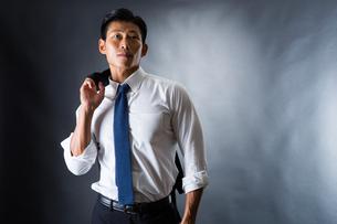 スーツ姿のビジネスマンの写真素材 [FYI04259930]