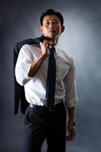 スーツ姿のビジネスマンの写真素材 [FYI04259932]