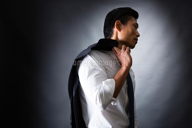 スーツ姿のビジネスマンの写真素材 [FYI04259934]