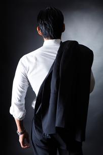 スーツ姿のビジネスマンの写真素材 [FYI04259936]