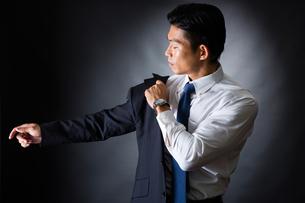 スーツを着るビジネスマンの写真素材 [FYI04259937]